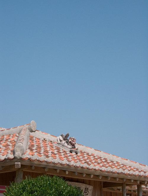 青空と屋根とシーサー