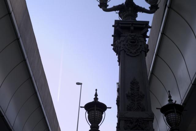 日本橋上空の飛行機雲