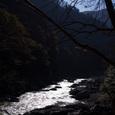 渓谷に流れる川