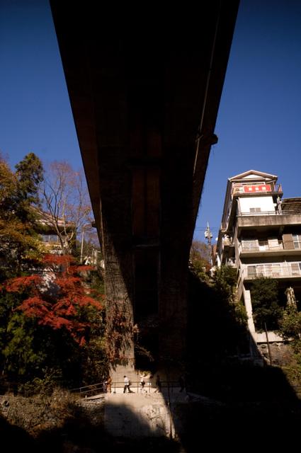 渓谷にかかる橋・その2