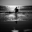 波に向かうサーファー