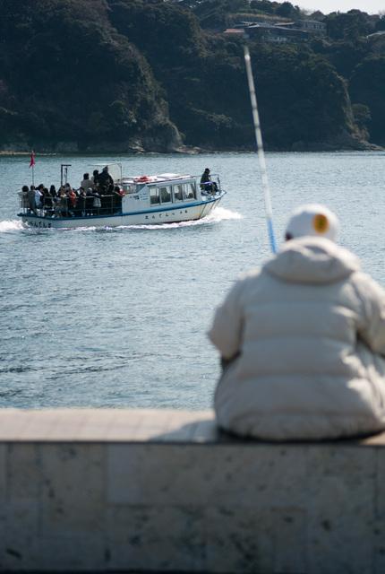 釣り人と観光船