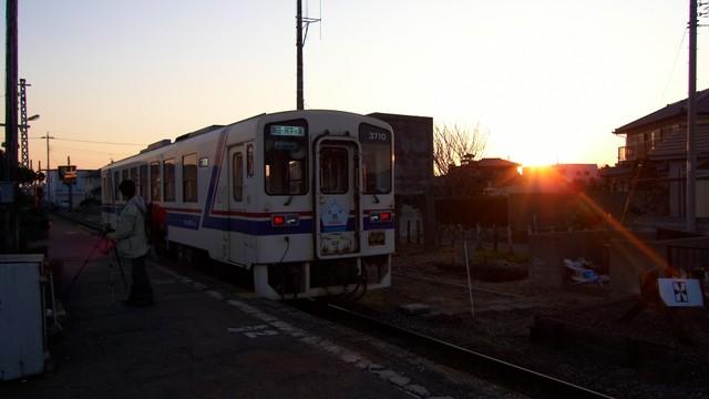 夕日を臨む駅