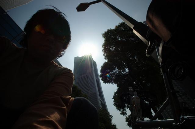 横浜ランドマークタワーを背後に